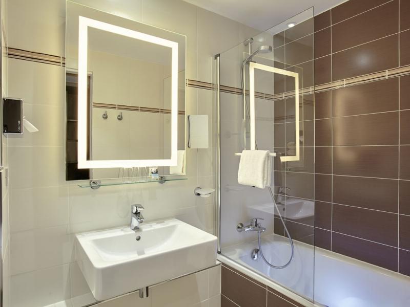 7Salle-de-bain-chambre-standard-Mercure-Versailles-Parly-2